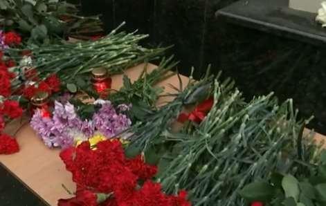Люди несут цветы к концертному залу «Александровский» и к зданию фонда Доктора Лизы, чтобы почтить память погибших в авиакатастрофе
